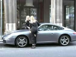 Video : Nissan hires ladies to vandalise Porsches