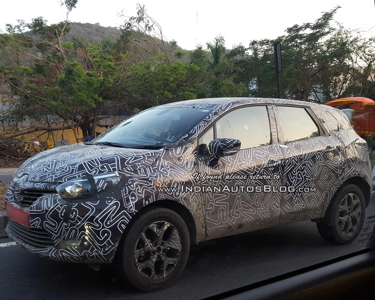 Renault kaptur suv coming to india by q3 2017 seen testing on indian roads
