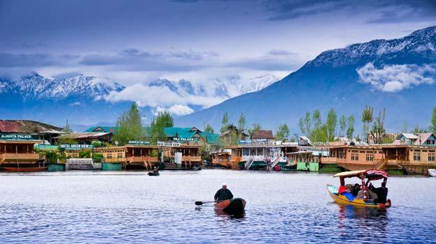 JammuandKashmir_Srinagar_DalLake_Locals-in-Shikara-in-Dal-Lake
