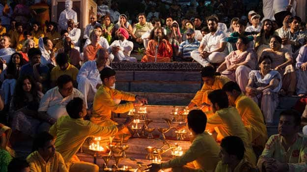 Uttarakhand_Rishikesh_-Ganga-Aarti-ceremony-at-Parmarth-Niketan-ashram.-The-Aarti-is-a-pleasant-ritual-that-uses-fire-as-an-offering-of-worshipping-the-Ganga.
