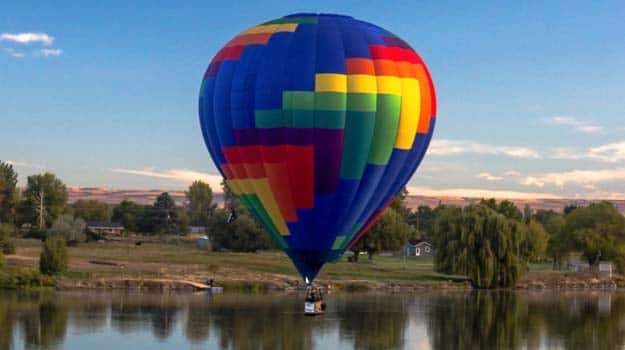 Hot-air-ballooning-over-water