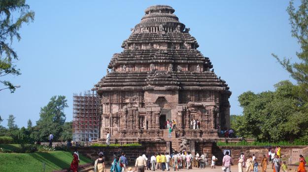 Odisha_Konark_Konark-Sun-Temple_Pilgrims-at-the-Konark-Sun-Temple-in-Odisha
