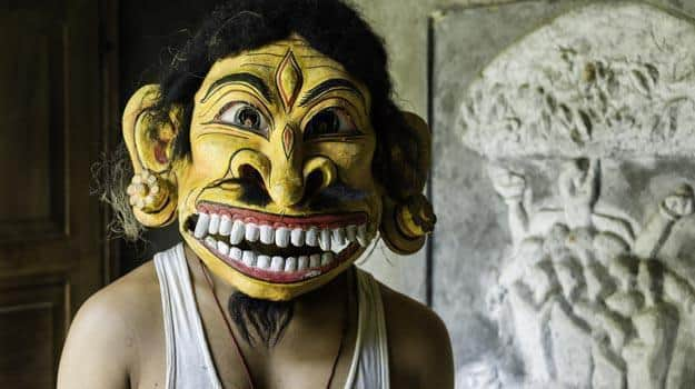 Hindu-monk-with-traditional-mask-in-Majuli