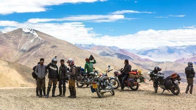 Jammu-and-Kashmir_Ladakh_Bikers-take-a-break-on-the-Tanglang-La-pass-over-5300m-high-in-Ladakh