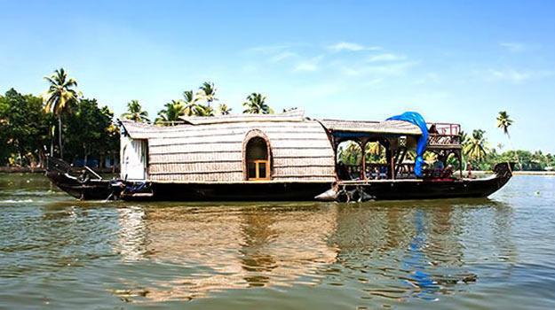 Kerala_Kumarakom_Houseboat-Ride_Houseboat-afloat-the-serene-waters-in-Kerala