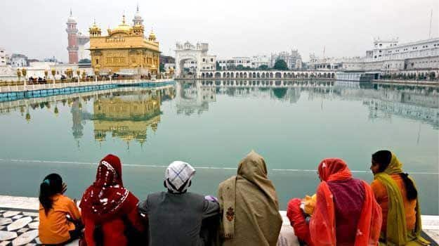 Amritsar_People-meditating-at-the-golden-temple.