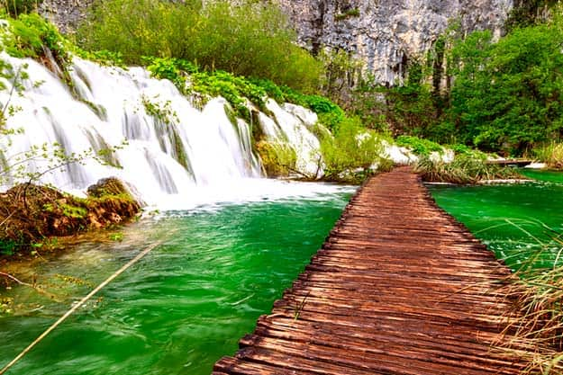 Croatia-Wooden-path-in-National-Park-in-Plitvice