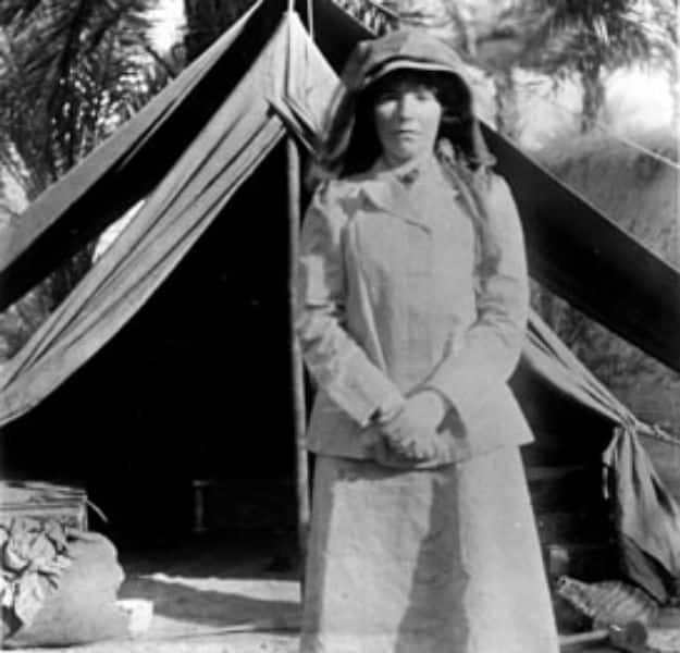 Gertrude_Bell_in_Iraq_in_1909_age_41
