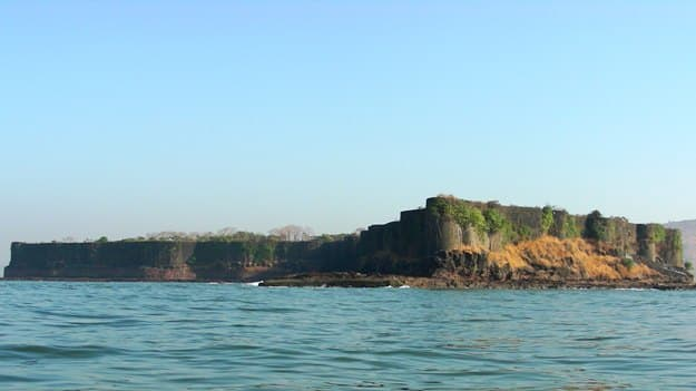 Suvarnadurg Fort, Photo Credits: Wikimedia Commons