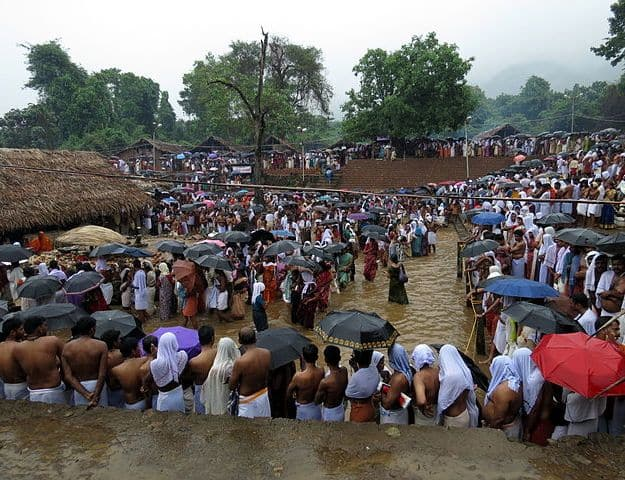Devotees drenched in the monsoon rain at the festival, Photograph Courtesy: Sivavkm/Wikimedia Commons