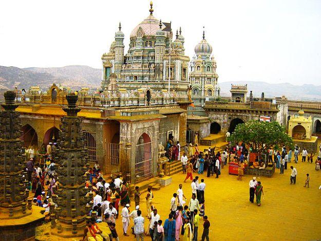 Khandoba temple in Jejuri during Bhandara festival, Photograph courtesy: Anant Rohankar/Wikimedia Commons