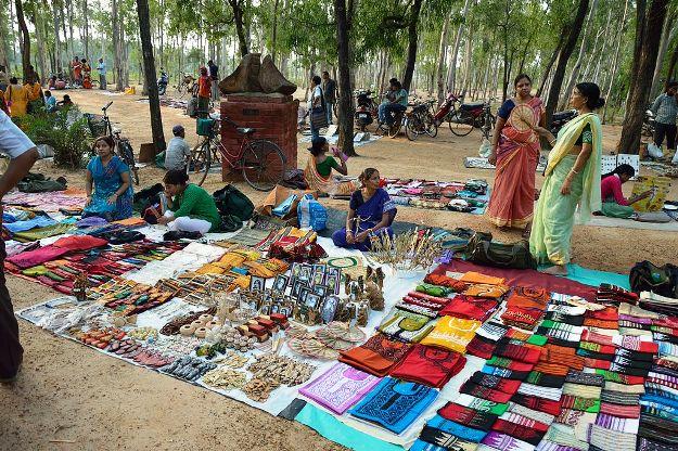 Saturday Haat near Sonajhuri, Photograph Courtesy: Biswarup Ganguly/Wikimedia Commons
