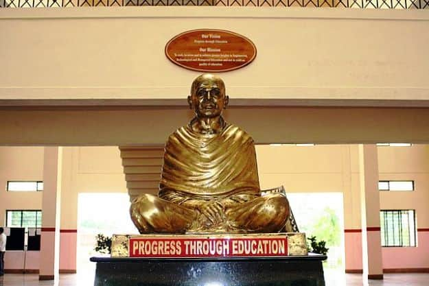 Statue of Sree Narayana Guru at the entrance hallway of Vidya Academy, Photograph courtesy: Wikimedia Commons