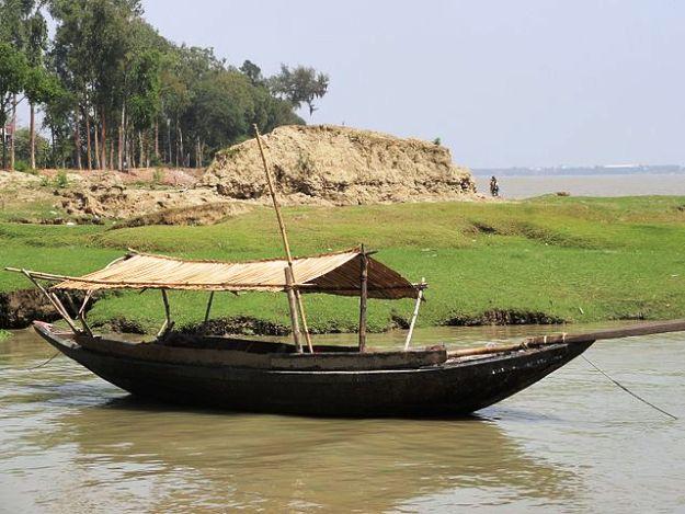 A boat anchored in Gadiara, Photograph Courtesy: Avishekchatt/Wikimedia Commons
