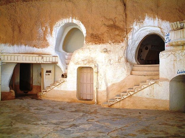 Underground courtyard of Hotel Sidi Driss, Photograph Courtesy: Neil Rickards/Wikimedia Commons