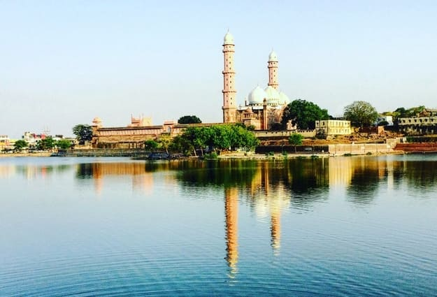 this is the one of the aisia's biggest mosque situated at bhopal (india) bhopal is also know as city of lakes