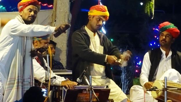 Cultural performance at Sam sand dunes