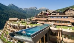 This high infinity pool overlooking Italy's Dolomites makes you feel like you're flying