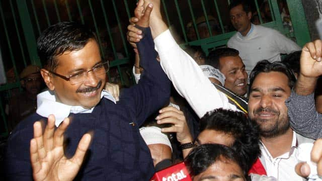 Arvind-Kejriwal-dancing-with-supporters