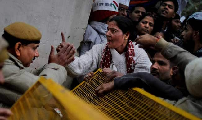 women-protest-durind-AAP-Dharna