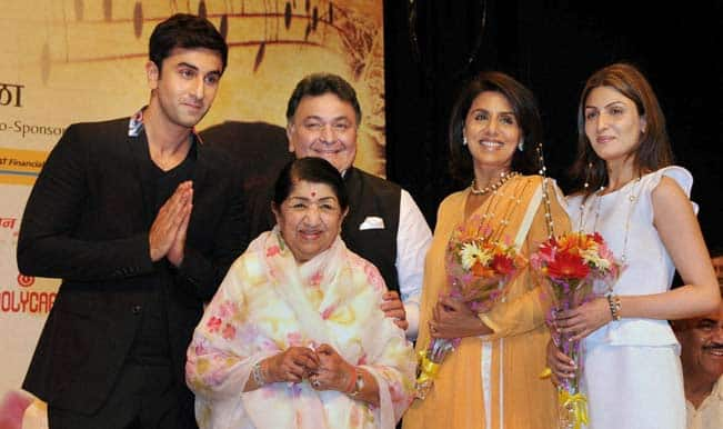 Lata-Mangeshkar-with-Rishi-Kapoor-and-family