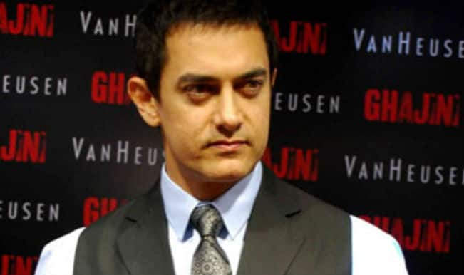 Aamir Khan accepts packet of sweets at award show