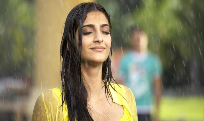 sonam_kapoor_in_rain_1292001353