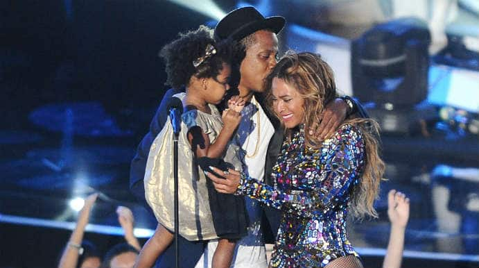 Beyonce shares a kiss with Jay Z on MTV Video Music Awards