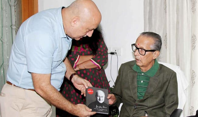 Anupam Kher meets legendary cartoonist RK Laxman…