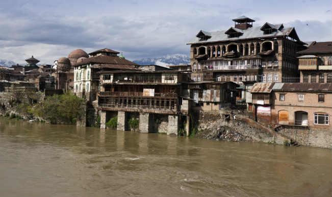 Flood alert in Srinagar, Jhelum flowing above danger mark