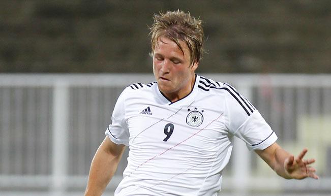 Video: Kaiserslautern's Philipp Hofmann misses an open goal from 2 yards against Union Berlin