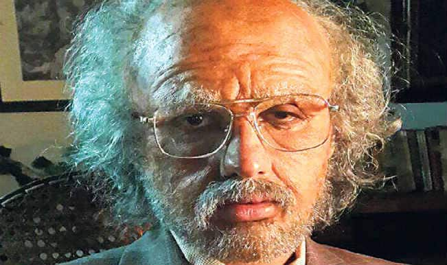 Pehchan Kaun? Which Bollywood hunk has donned this old man look?