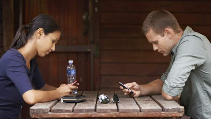 5 Ways This Generation's Obsession With Phones Has Taken All The Fun Out Of Dating