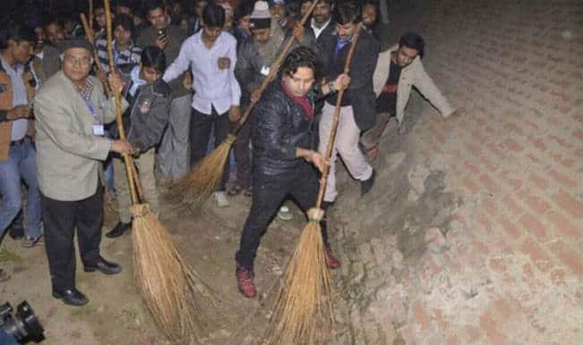 Kailash Kher wields broom, gets Narendra Modi's praise