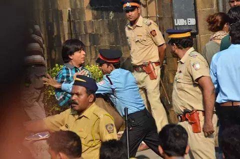क्यों शाहरुख़ को मन्नत के दरवाजे से धक्के मारकर निकला गया