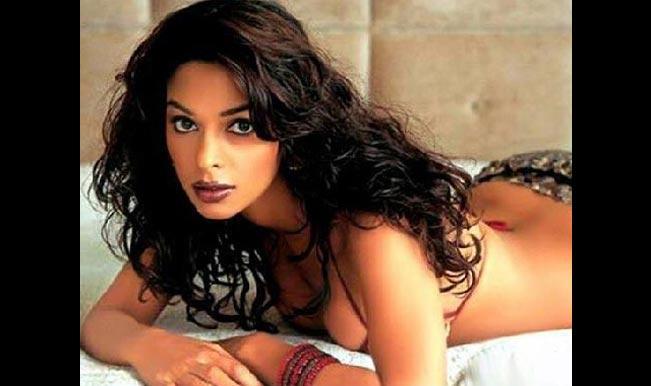 Mallika Sherawat: Was uncomfortable doing bold scenes with Om Puri