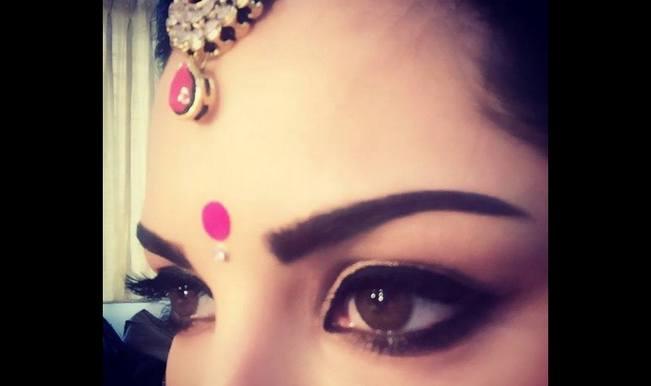 Sunny Leone goes desi, sports pink bindi in Kuch Kuch Locha Hai