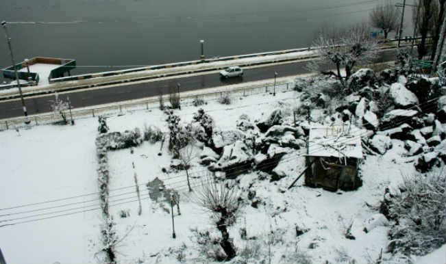 कश्मीर में भारी बर्फबारी, राजमार्ग बंद