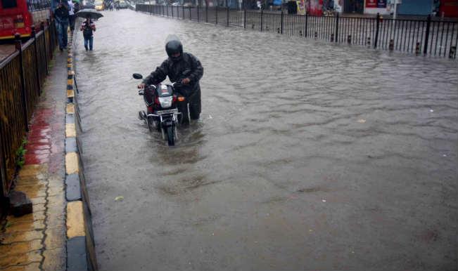 मुंबई में पटरी पर लौट रहा जनजीवन