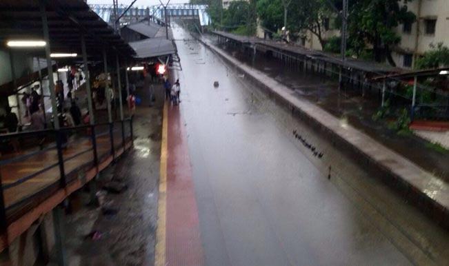 बारिश की वजह से मुंबई की लाइफ लाइन हुई ठप