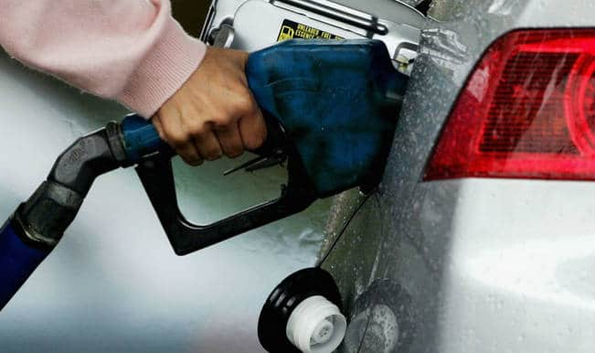 राहत की बातः पेट्रोल 2.43 और डीजल 3.60 रुपये सस्ता, नई कीमतें शुक्रवार आधी रात से लागू