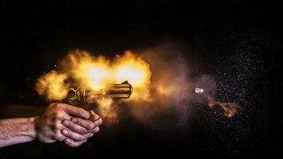 OMG महिला की छाती को छूकर बंदूक की गोली का दिशा बदल गया?