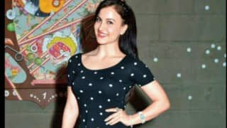 Ex-Bigg Boss Contestant Elli AvrRam Dances to Varun Dhawan's October Theme Track Through Figure Skating, Watch the video