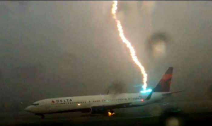 Horrible! Lightning strikes a plane, caught on camera