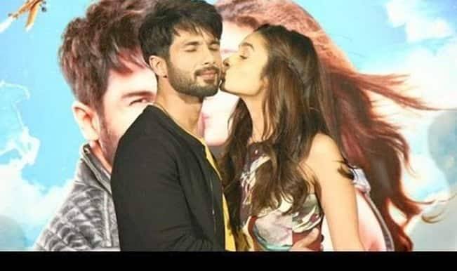 Shaandaar trailer launch: Alia Bhatt kisses Shahid Kapoor, protects him from the media! (Watch video)