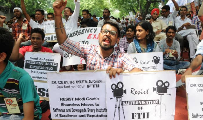 Pune police forcefully drags FTII students out of Director office (Video)