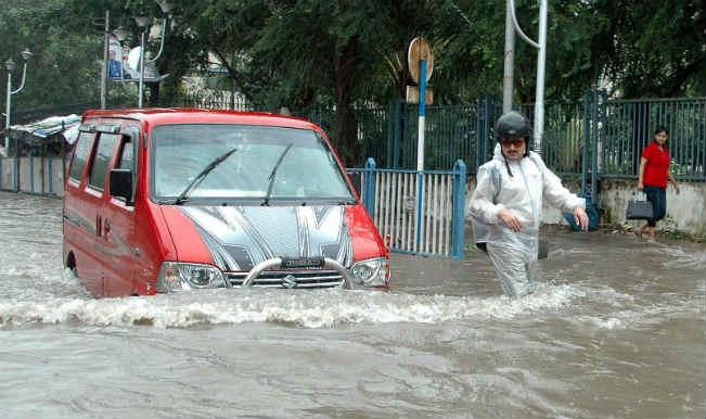 कोलकाता में तेज बारिश से जलभराव