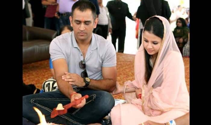 MS Dhoni & his wife Sakshi worship at Siddhivinayak Temple in New Jersey! See Pic