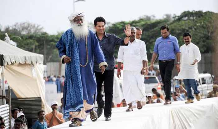 Sachin Tendulkar plays cricket with Sadhguru Jaggi Vasudev: Watch video