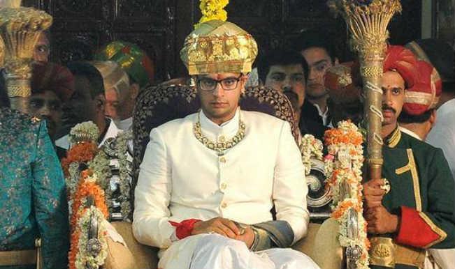 Dasra 2015 Mysuru Maharaja Yaduveer Krishnadatta Chamaraja Wadiyar Ascends Golden Throne For Festival